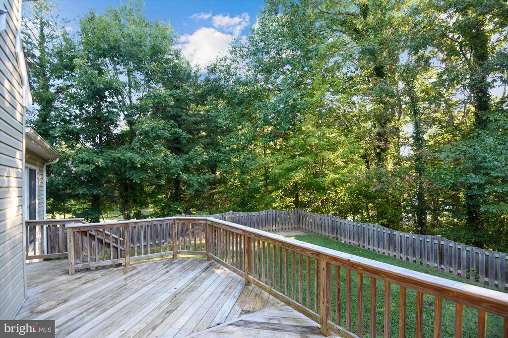 Large rear deck with a great private yard - 15901 EDGEWOOD DR, DUMFRIES