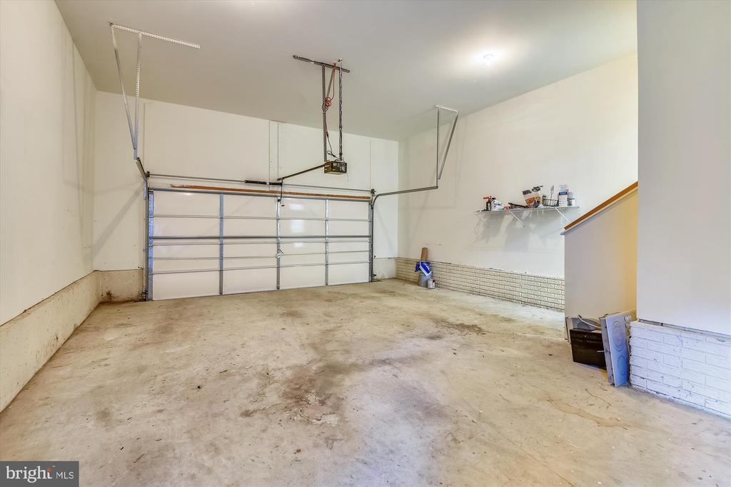 Oversized garage with high ceilings - 15901 EDGEWOOD DR, DUMFRIES