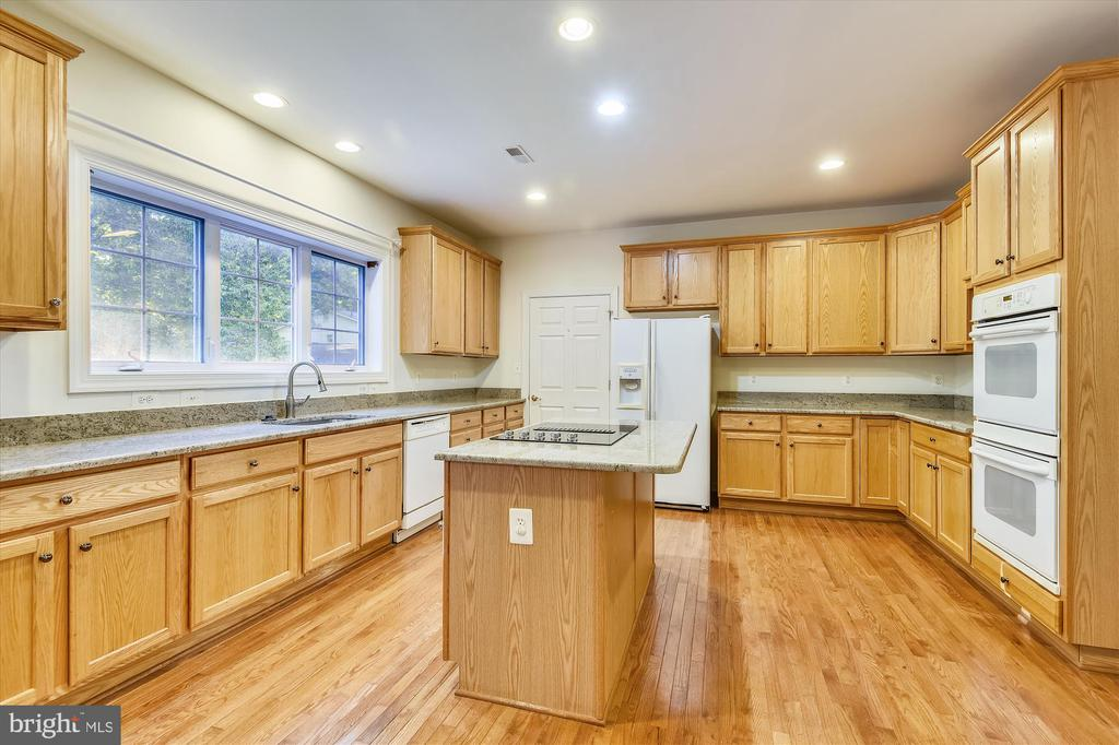 Upgraded kitchen with an island with cooktop! - 15901 EDGEWOOD DR, DUMFRIES