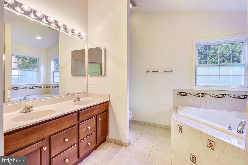 Dual vanity and tons of storage - 15901 EDGEWOOD DR, DUMFRIES