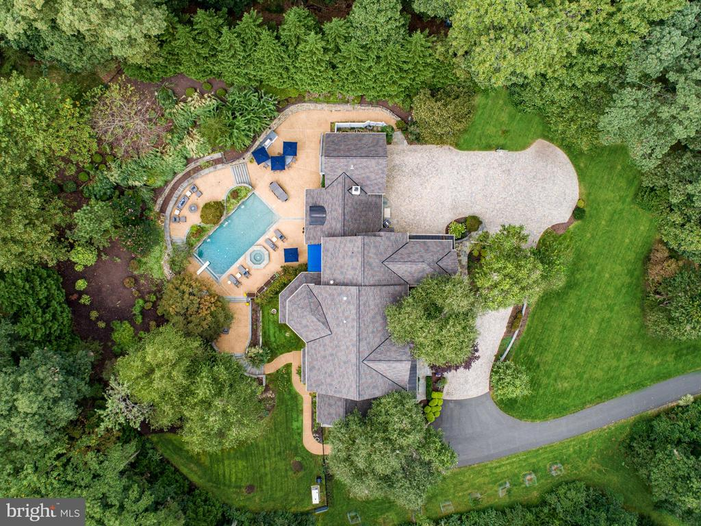 Private drive  with plenty of parking - 2124 POLO POINTE DR, VIENNA