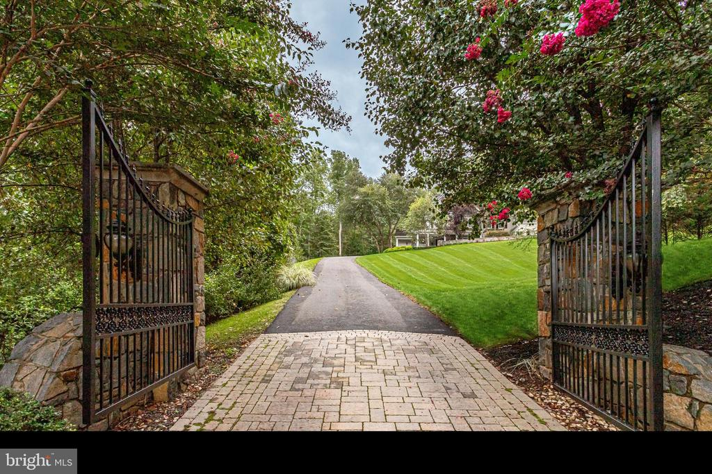 Gated entry with pavers - 2124 POLO POINTE DR, VIENNA