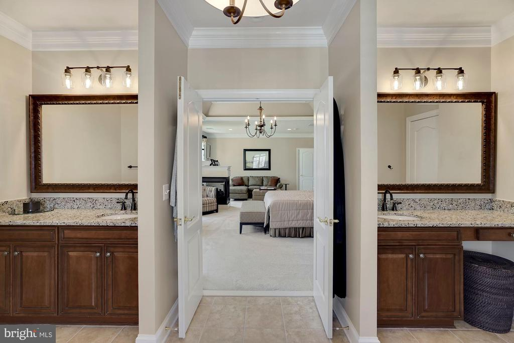 Master Bathroom with Double Sinks - 44220 RIVERPOINT DR, LEESBURG