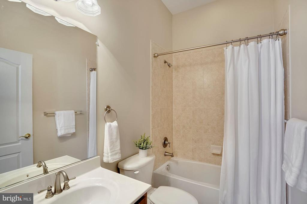 Main Level Full Bath - 44220 RIVERPOINT DR, LEESBURG