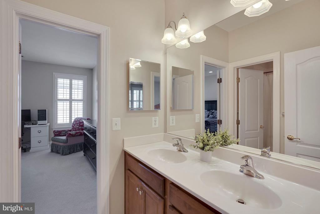 Jack & Jill Bath for Bedrooms 2 & 3 - 44220 RIVERPOINT DR, LEESBURG