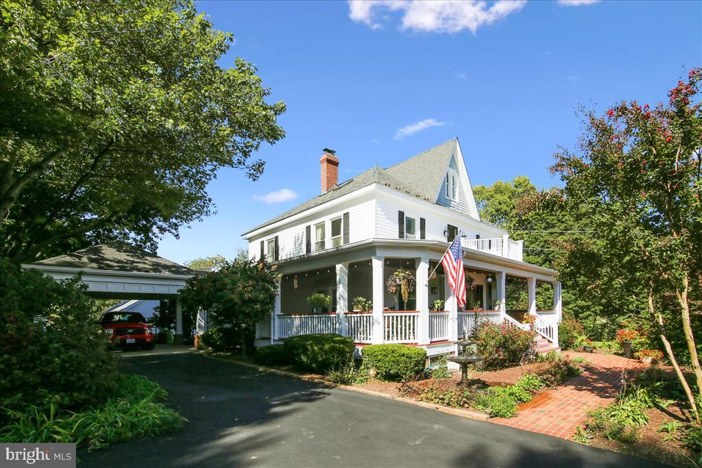 Wrap around porch and attached covered car park - 39860 LOVETTSVILLE RD, LOVETTSVILLE