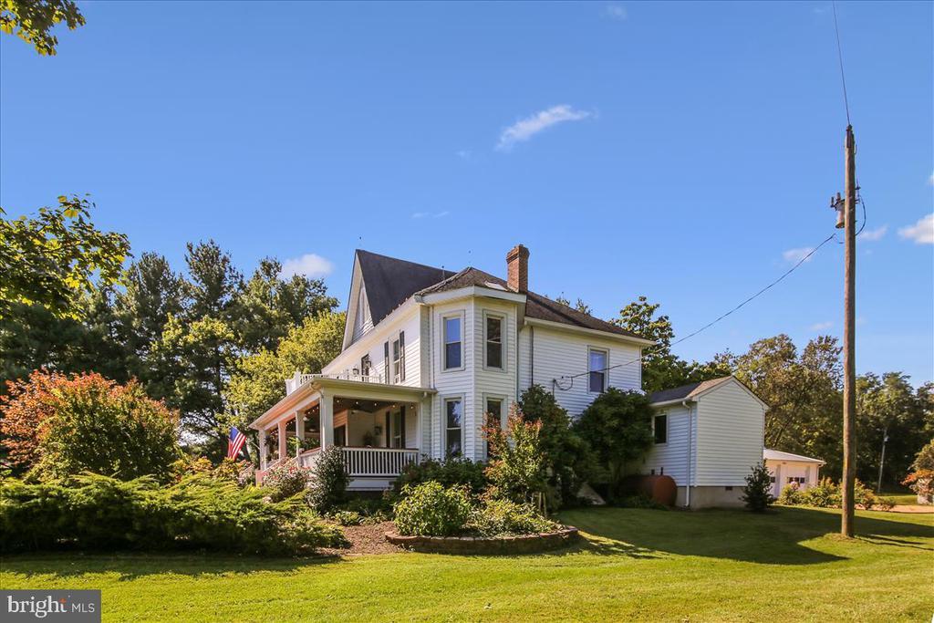 Side view of main house - 39860 LOVETTSVILLE RD, LOVETTSVILLE