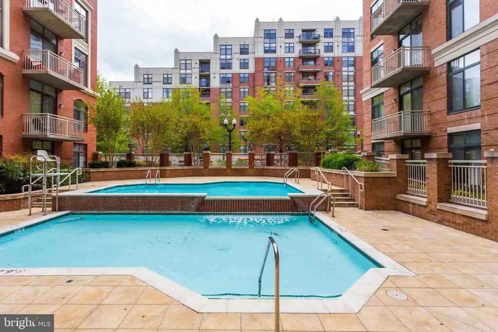 Outdoor pool - 1201 N GARFIELD ST #909, ARLINGTON