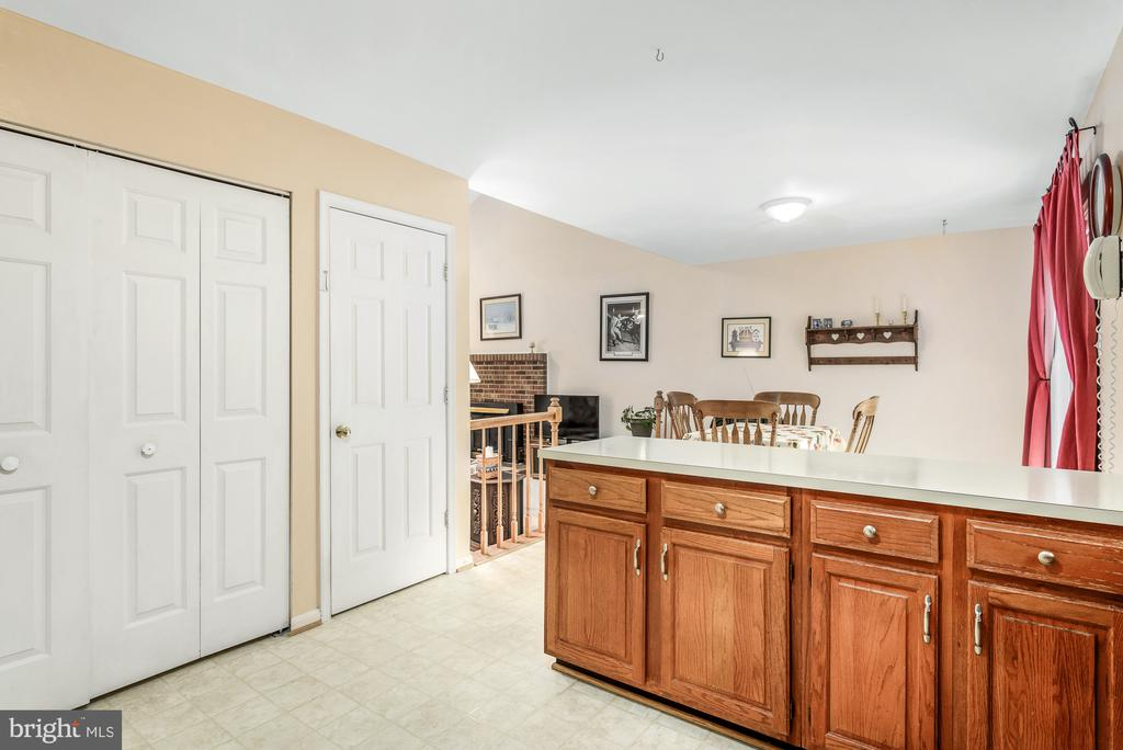 View from kitchen to breakfast room and family roo - 507 STONEY CREEK CT, STERLING