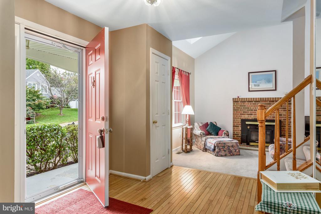 Inviting foyer! - 507 STONEY CREEK CT, STERLING