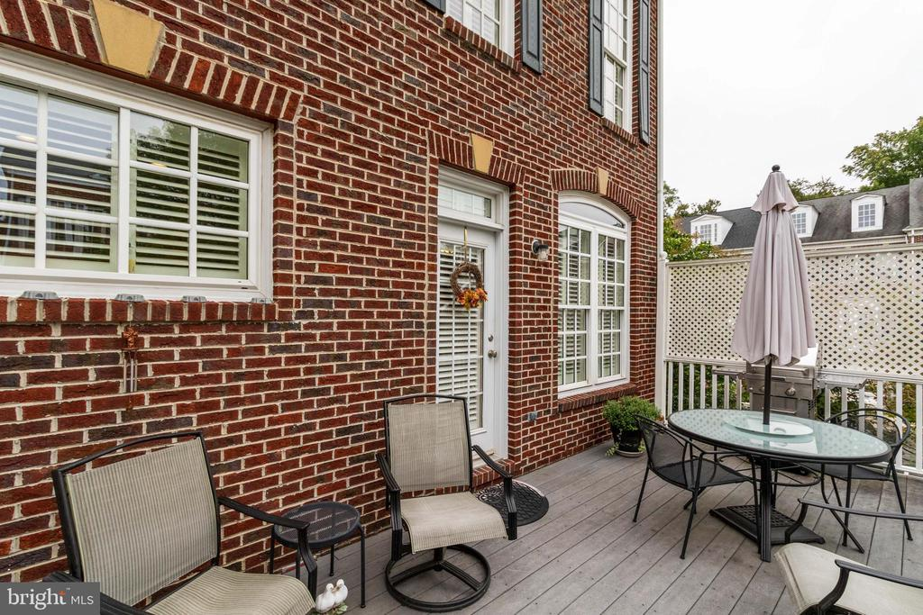 2nd level deck- private and ideal for entertaining - 4372 PATRIOT PARK CT, FAIRFAX