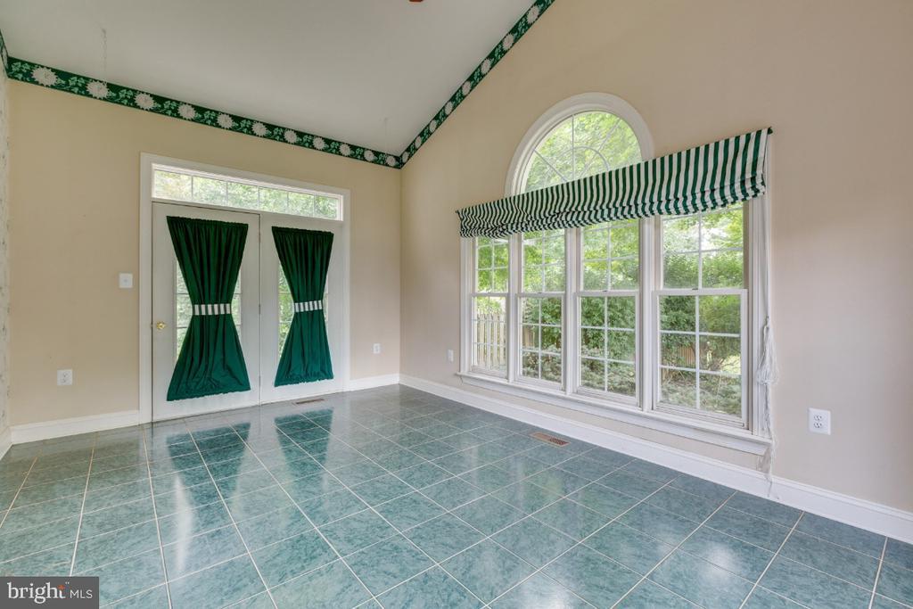 Incredible sunroom, access to back yard. - 501 SABER CT SE, LEESBURG