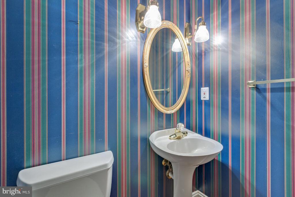 Main level powder room - 501 SABER CT SE, LEESBURG