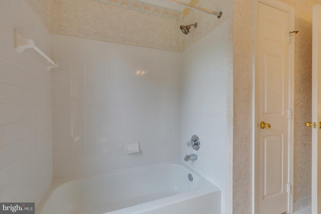 Hall upper bath with linen closet - 501 SABER CT SE, LEESBURG