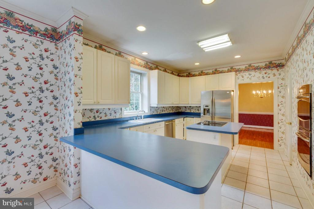 Plenty of opportunity to update to your taste - 501 SABER CT SE, LEESBURG