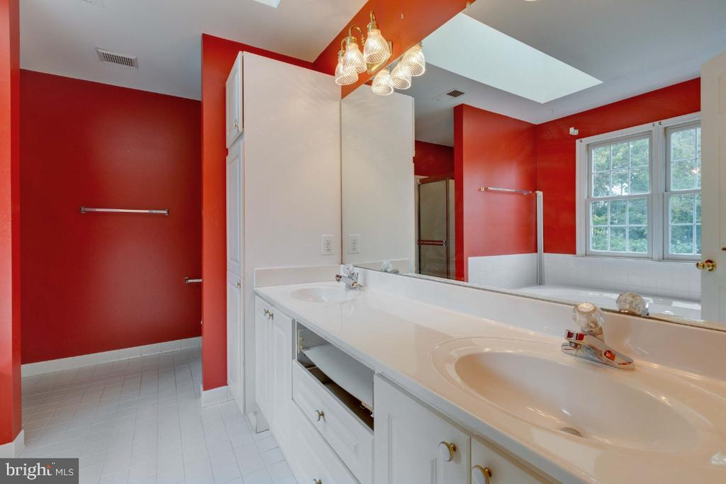 Primary bathroom with room for upgrades - 501 SABER CT SE, LEESBURG