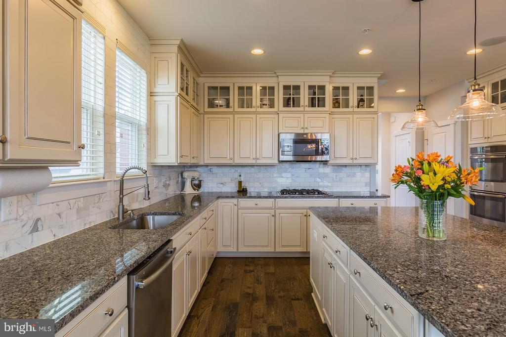 Carara marble,granite, stainless appliances oh my! - 16928 TAKEAWAY LN, DUMFRIES
