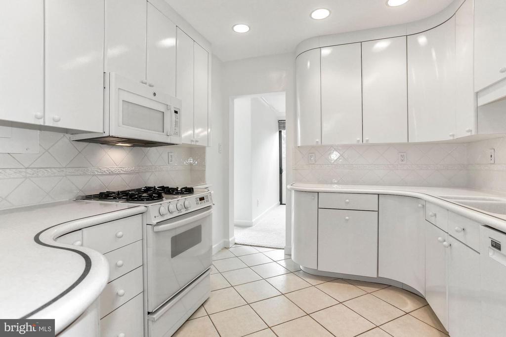 Abundant cabinetry - 4141 N HENDERSON RD #123, ARLINGTON