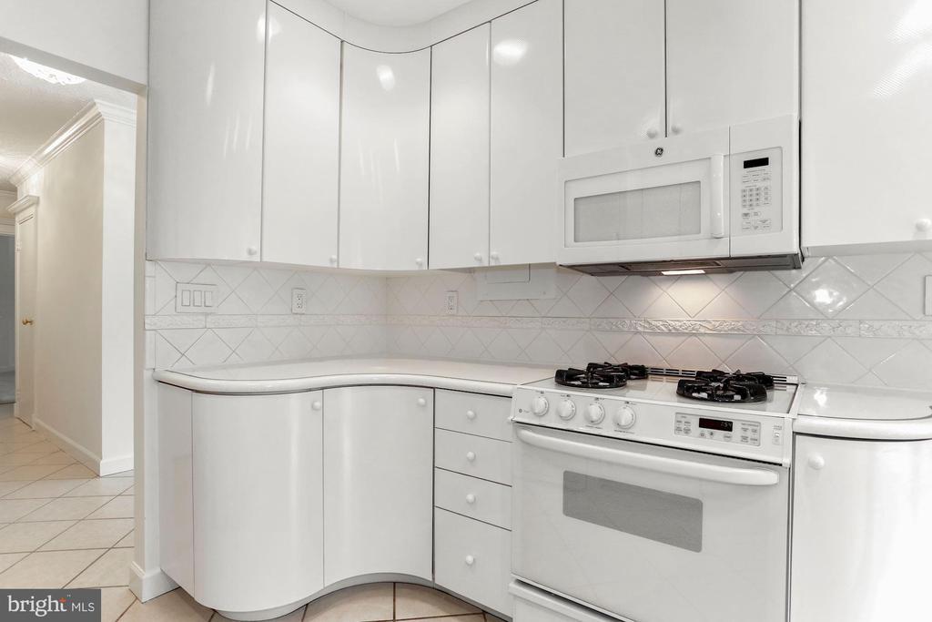 Microwave & 4 burner range - 4141 N HENDERSON RD #123, ARLINGTON