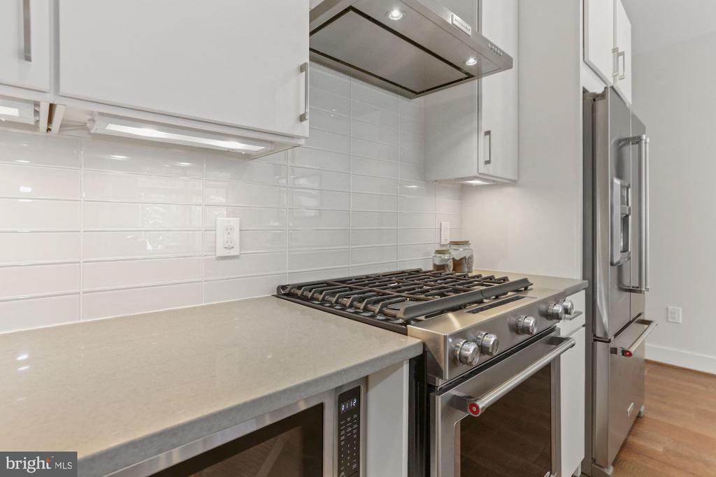 Kitchen - GAS COOKING & Custom Backsplash! - 2337 CHAMPLAIN ST NW #104, WASHINGTON