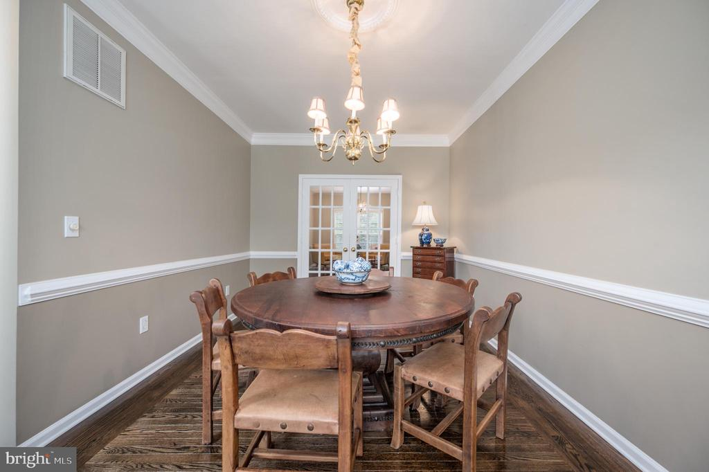 Dining room with crown & chair moldings - 5 JAMESTOWN CT, STAFFORD