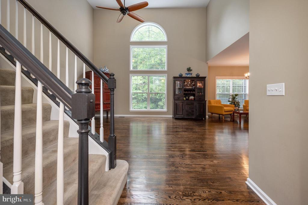 Large family room with Palladium windows - 5 JAMESTOWN CT, STAFFORD