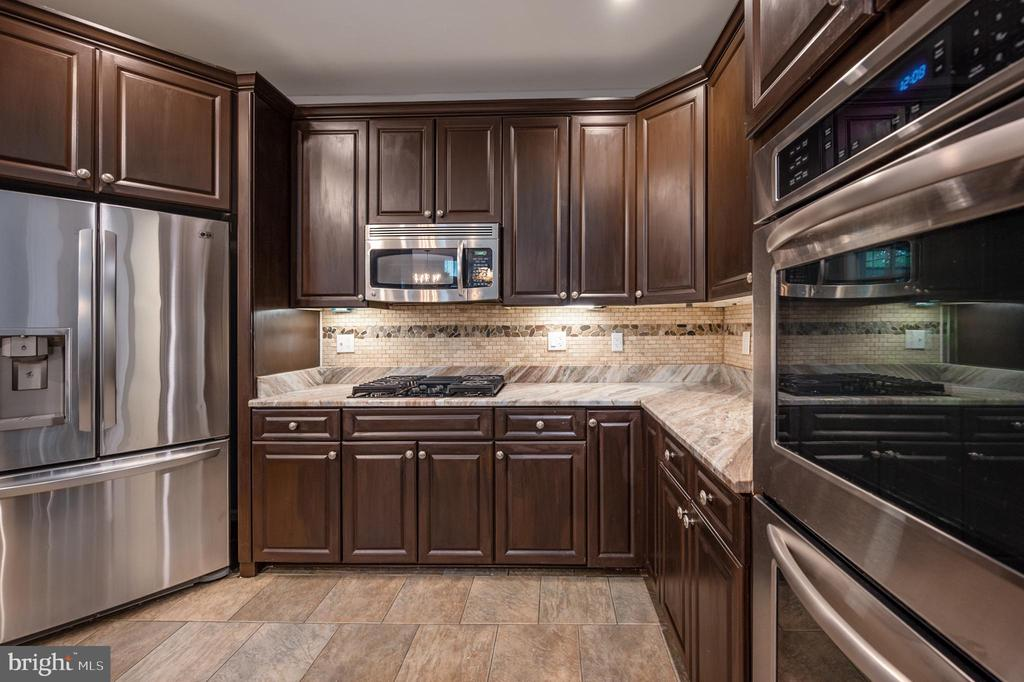 Under cabinet lighting, double wall oven - 5 JAMESTOWN CT, STAFFORD