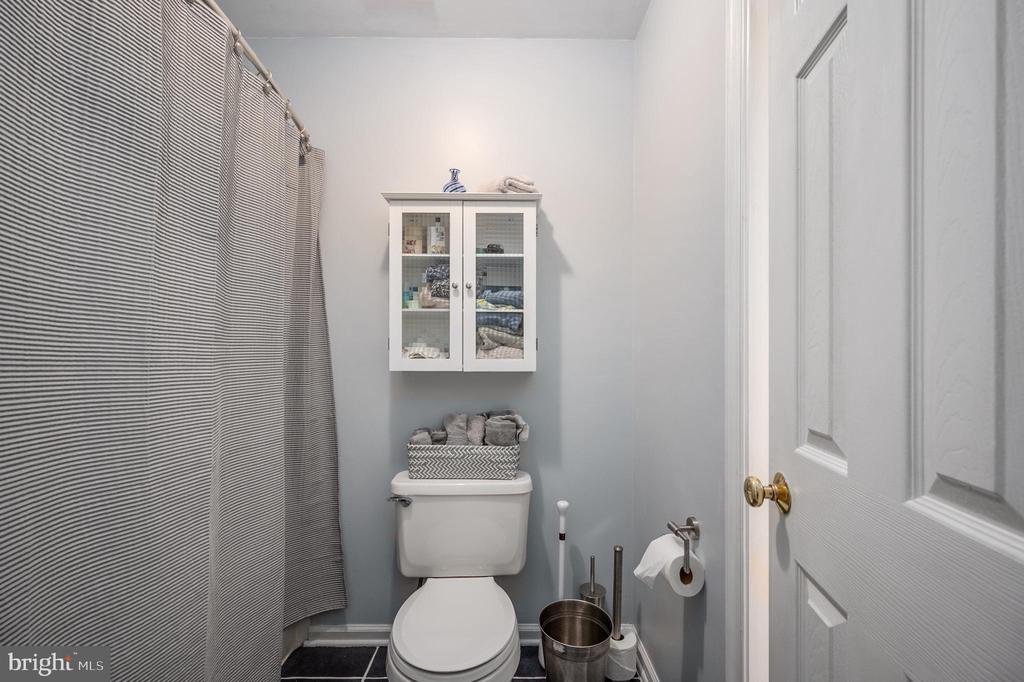 Upper level bath with shower & tub - 5 JAMESTOWN CT, STAFFORD
