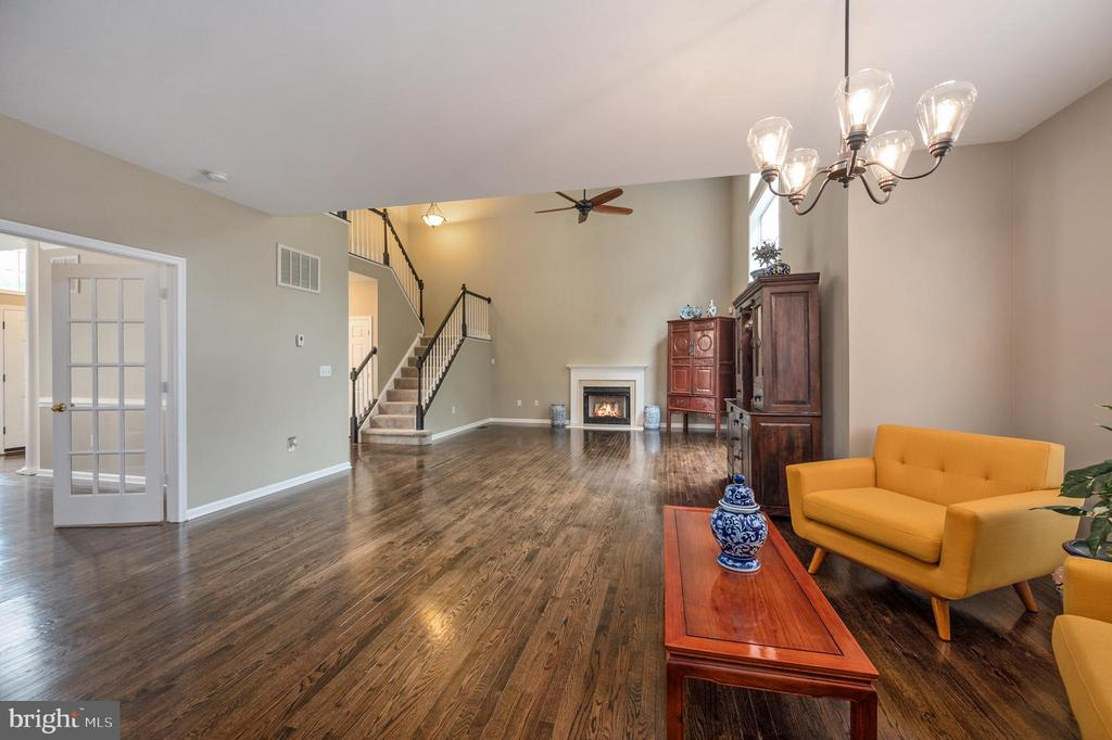 Open view from kitchen to family room - 5 JAMESTOWN CT, STAFFORD