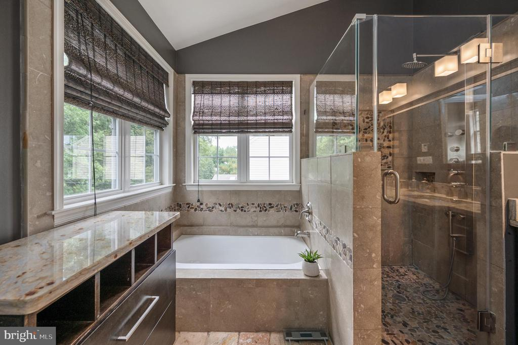 Soaking tub, signature jet tower in shower - 5 JAMESTOWN CT, STAFFORD