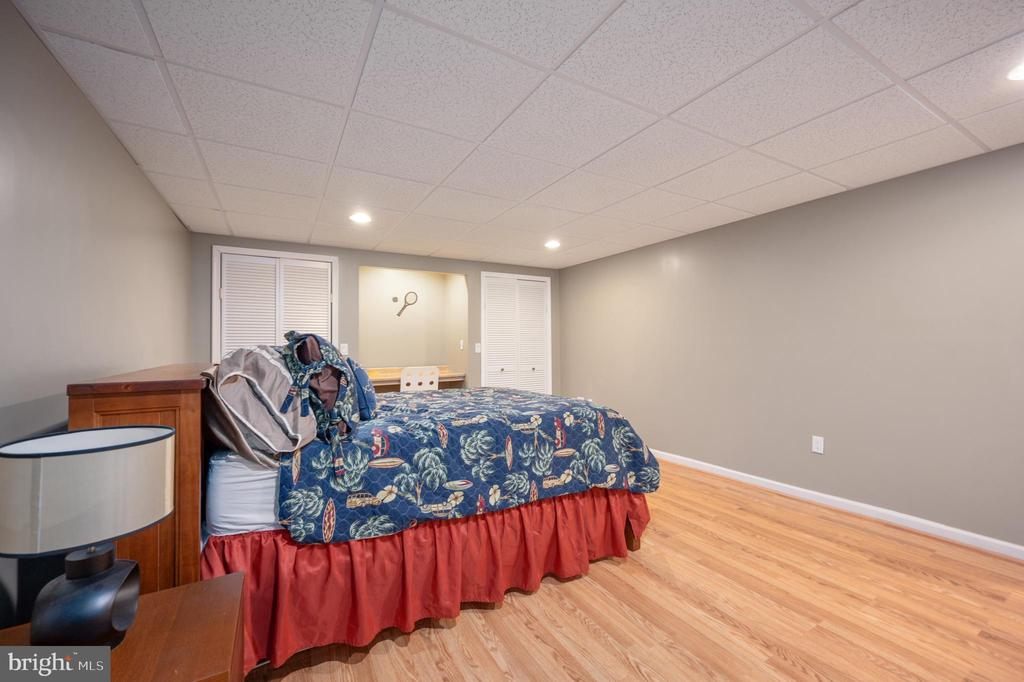 Lower level bedroom with built in desk - 5 JAMESTOWN CT, STAFFORD