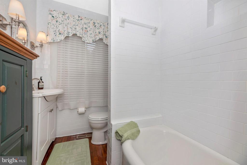 Main Level Full Bathroom - 316 W COLLEGE TER, FREDERICK