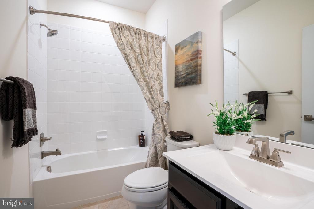 Hallway bathroom - 9903 NEW POINTE DR, UPPER MARLBORO