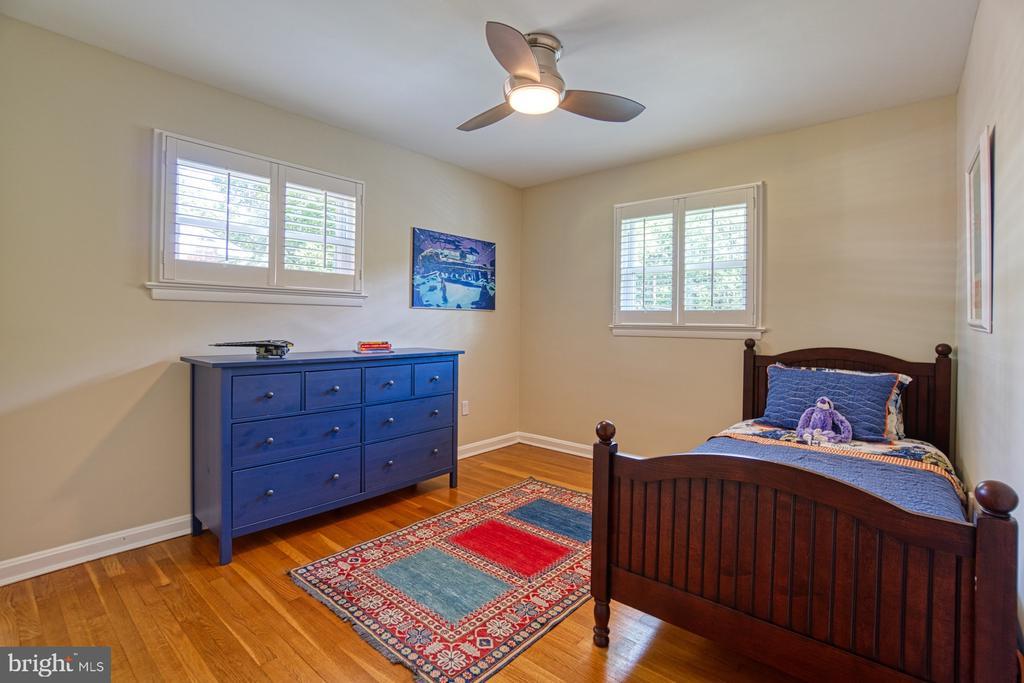 3rd Bedroom with Plantation Shutters, Elfa closets - 3130 VALLEY LN, FALLS CHURCH