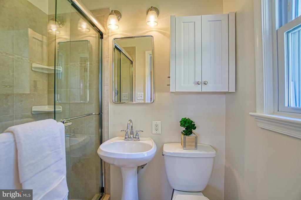 En-suite Bath in Primary Bedroom - 3130 VALLEY LN, FALLS CHURCH