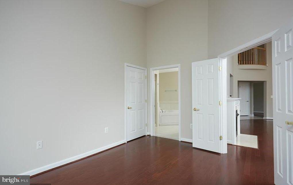Master bedroom with high ceilings & pool view - 1860 STRATFORD PARK PL #403, RESTON
