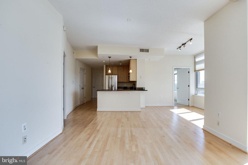 another view of living space - 820 N POLLARD ST #504, ARLINGTON