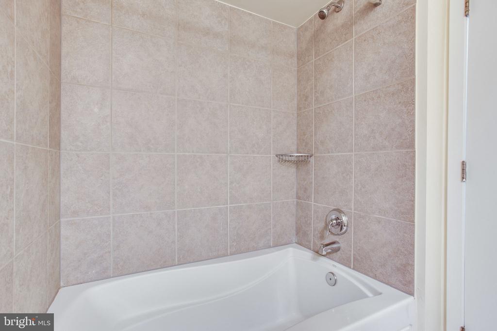 Beautiful stone shower/tub - 820 N POLLARD ST #504, ARLINGTON