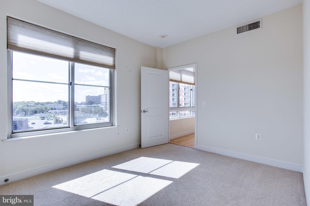 another view of master bedroom - 820 N POLLARD ST #504, ARLINGTON