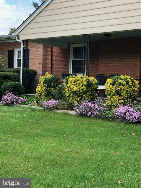 Beautiful plantings surround this property - 821 W MAIN ST, PURCELLVILLE