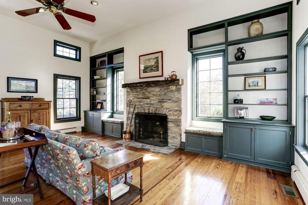 Great room with vaulted ceiling - 8730 FOX GAP RD, MIDDLETOWN