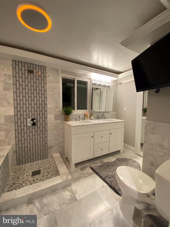 Bathroom in main bedroom - 15105 MCKNEW RD, BURTONSVILLE