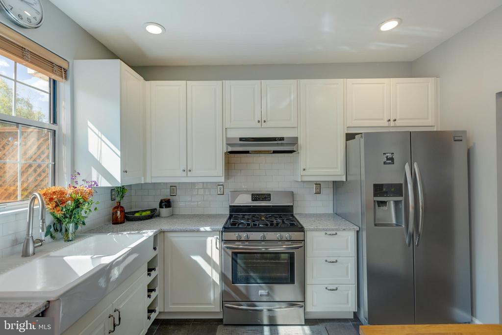 Completely remodeled kitchen - 14641 STREAM POND DR, CENTREVILLE