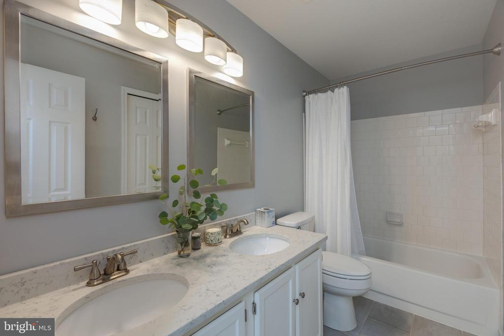 Updated hall bathroom - 14641 STREAM POND DR, CENTREVILLE
