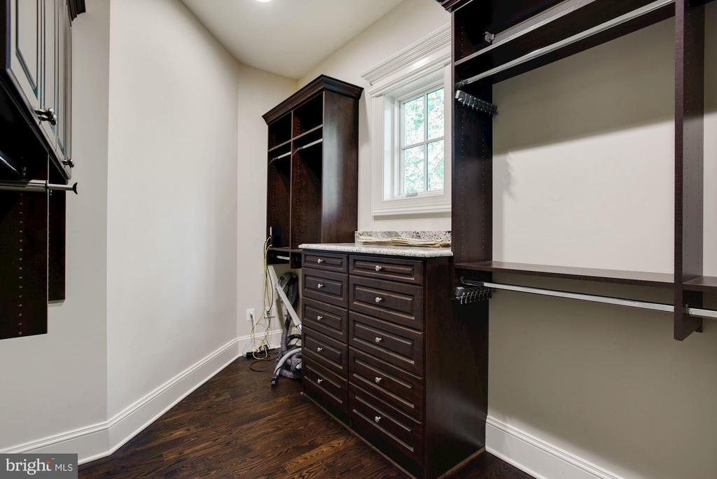 Wak-in Closet #1 - 7853 LANGLEY RIDGE RD, MCLEAN