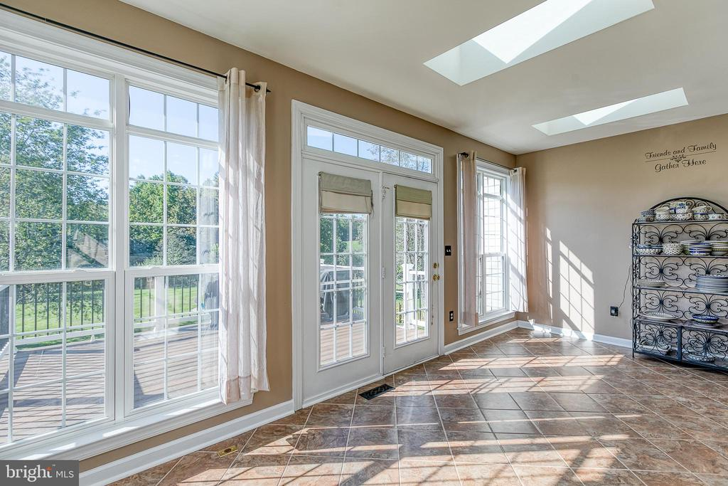 Breakfast room with skylights - 116 CHRISWOOD LN, STAFFORD