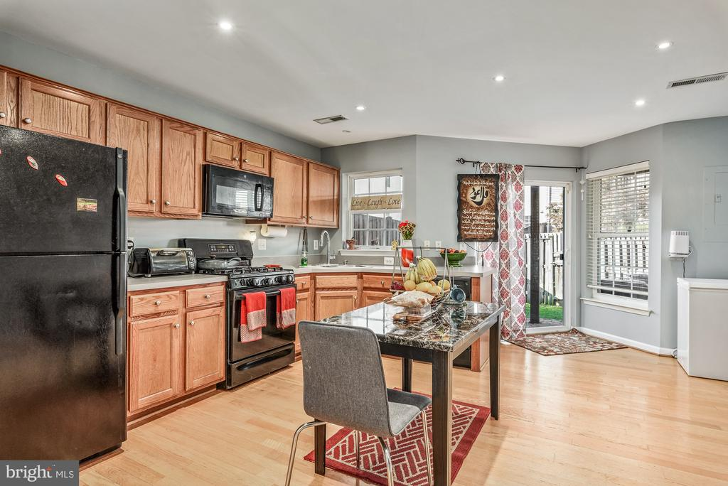 Kitchen with access to backyard - 42826 SHALER ST, CHANTILLY