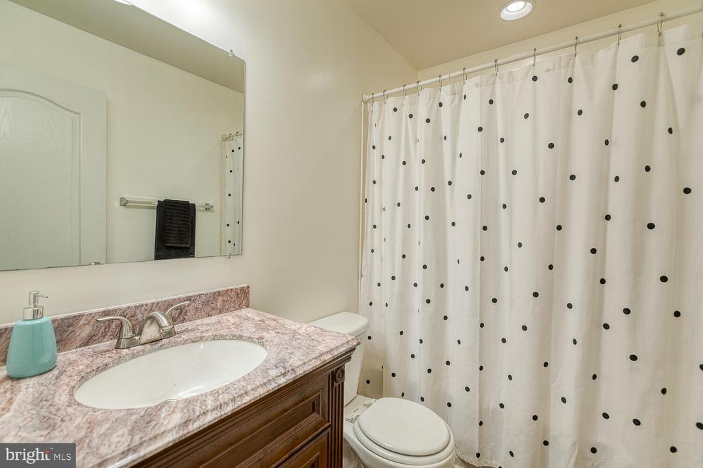 Upper level hall bath - 116 MACON DR, STAFFORD