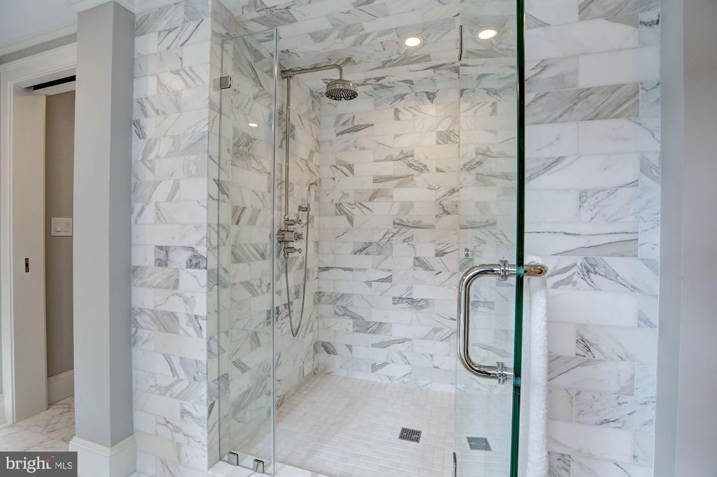 Spacious Shower - 216 8TH ST NE #B, WASHINGTON
