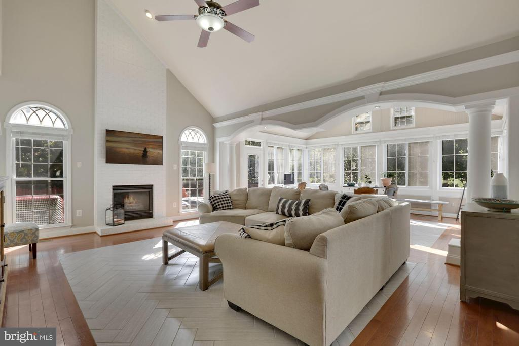Large bright family room with fireplace - 43121 FLING CT, BROADLANDS